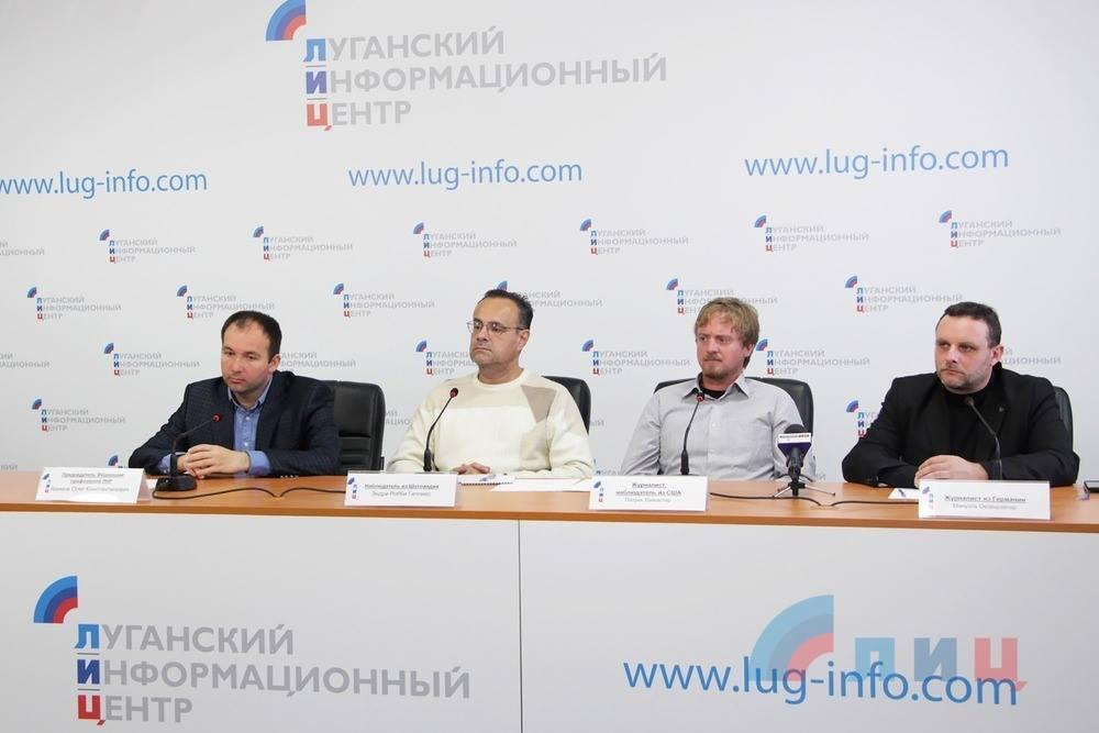 v.l.n.r.: Oleg Asimow (LNR-Vertreter), Andrew Robert Gillies, Patrick Lancaster, Manuel Ochsenreiter.