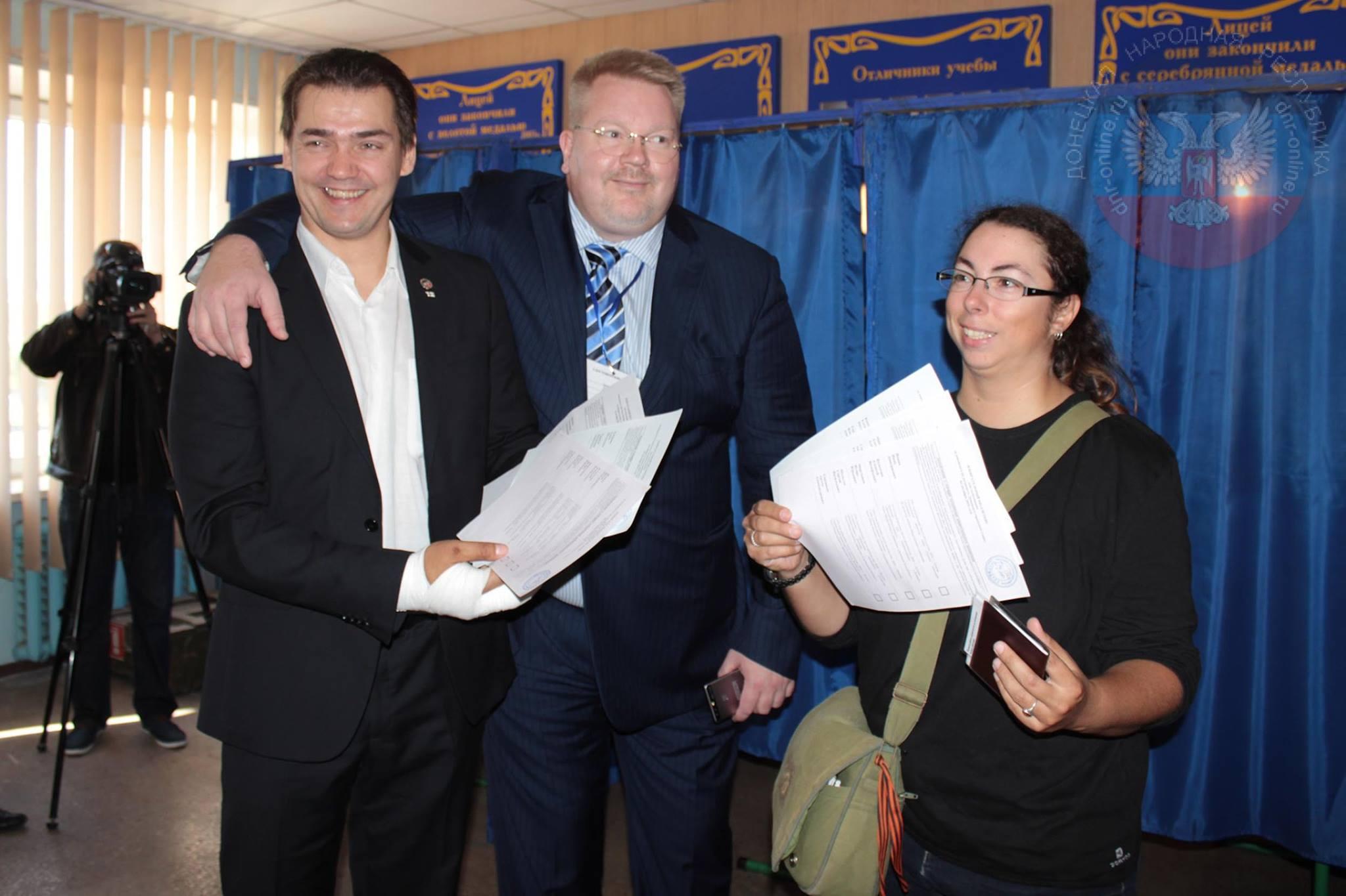 """Janus Putkonen, Johan Bäckman, Christelle Néant. Der Finne Putkonen und die Französin Néant sind keine Observer, sondern verstehen sich als """"Bürger der DNR"""" und arbeiten für Donbas News Agency."""