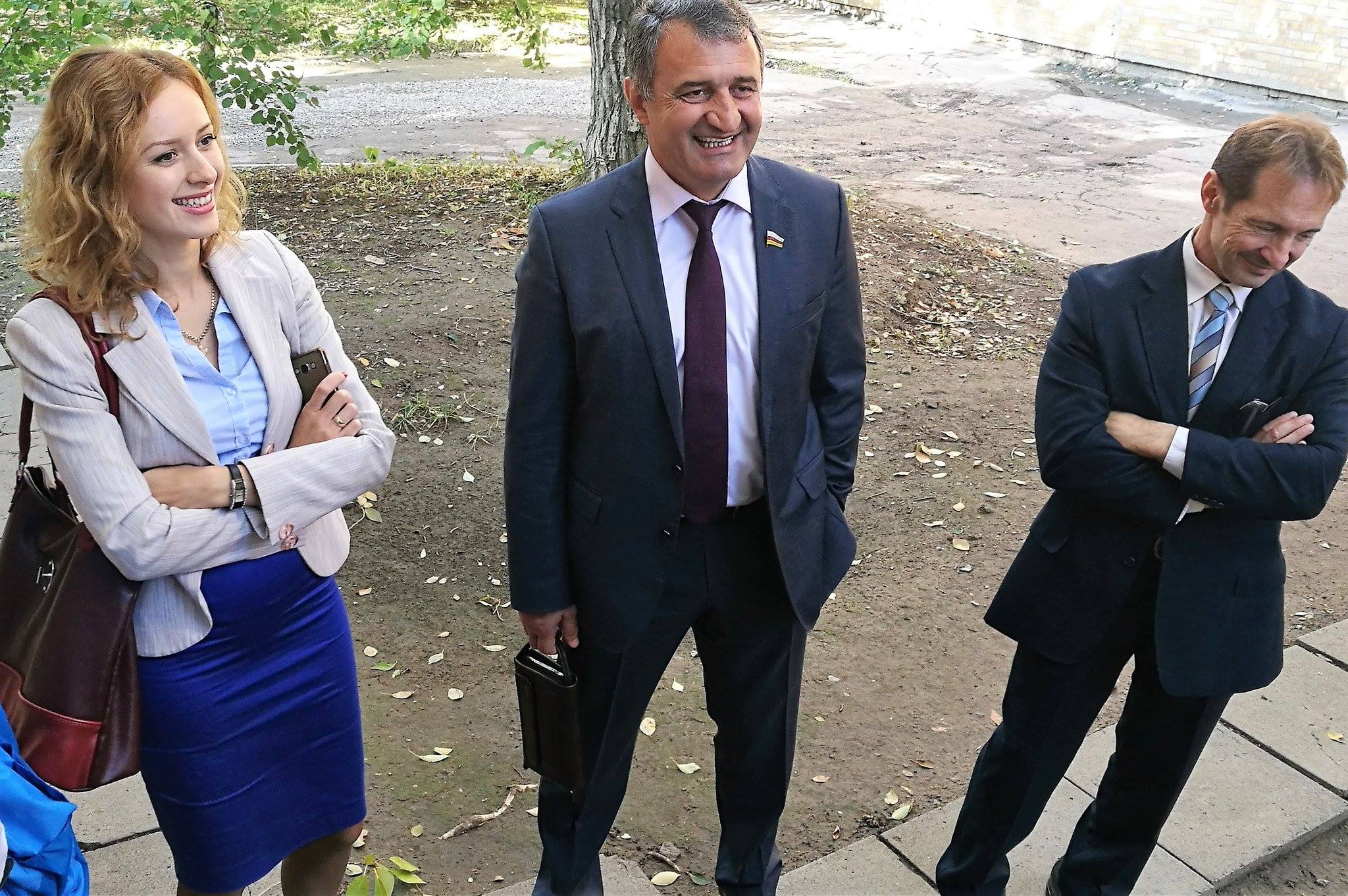 v.l.n.r: Dolmetscherin, Anatoliy Bibilov, Eliseo Bertolasi