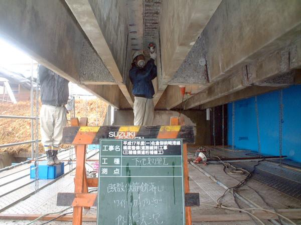 コンクリート表面をはつり、鉄筋を露出させる