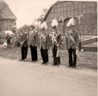 1974 König Heinz Strilziw Begleiter Adolf Schulz (links)