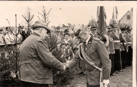 1964 Otto Barge begrüsst Gäste