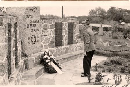 1964 Adolf Wiegmann bei Kranzniederlegung am neu gebauten Ehrenmal