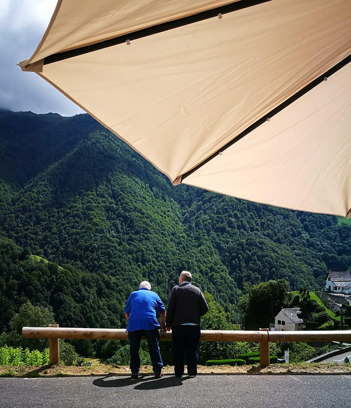 Deux retraités tranquilles face aux montagnes