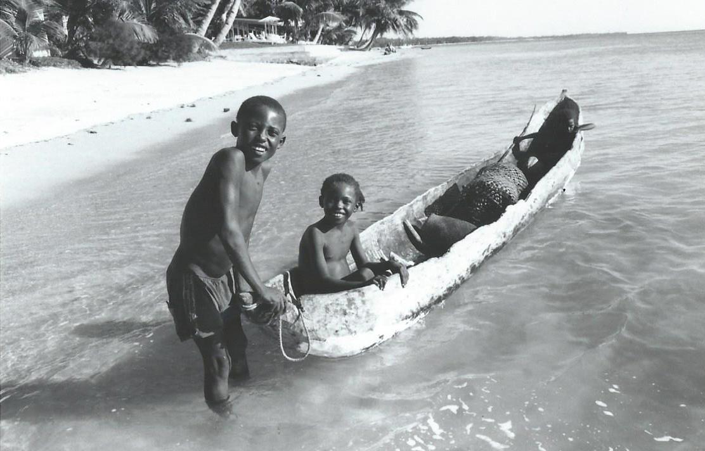 Enfants sur le lagon