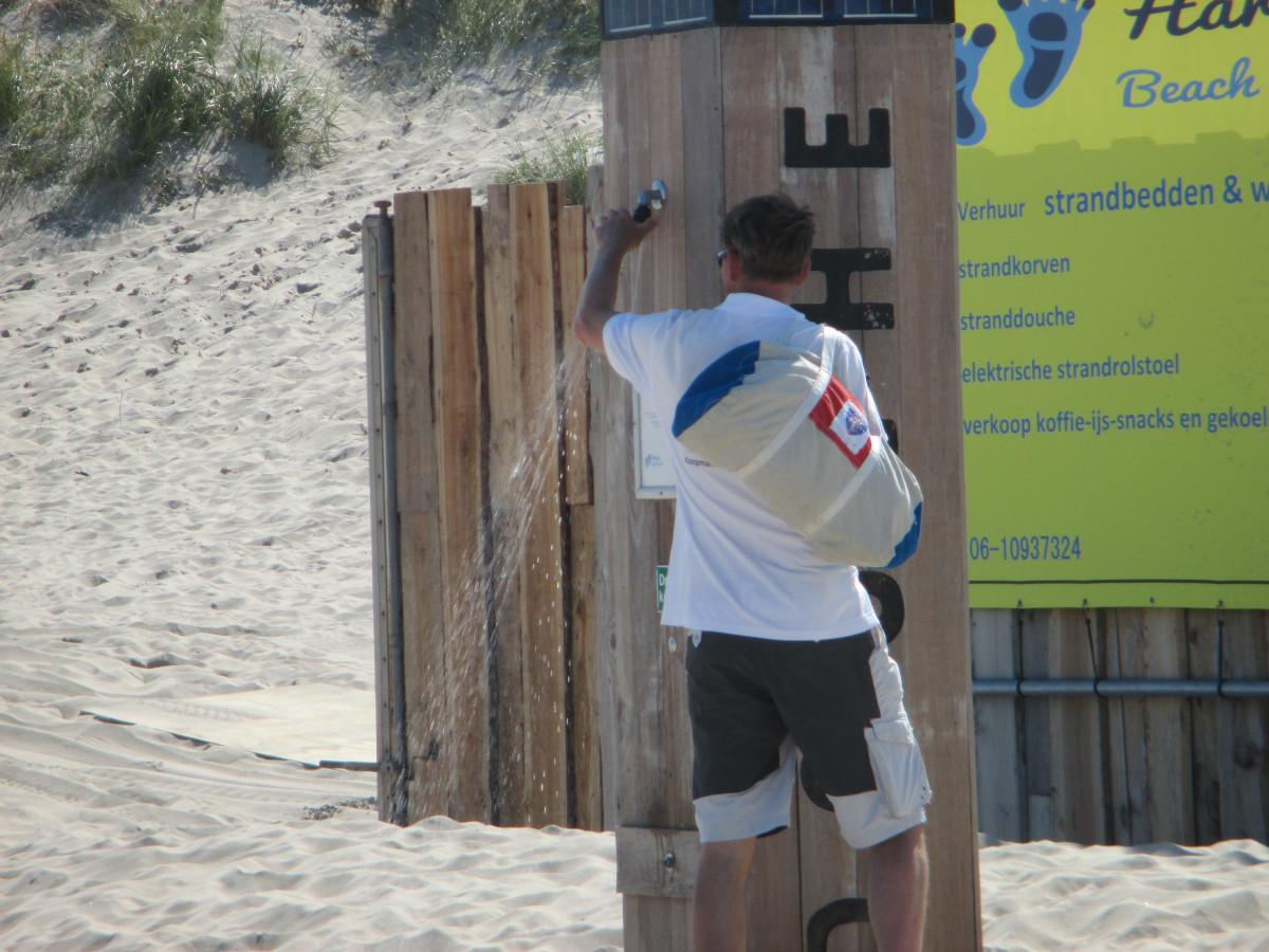 Manni testet die Stranddusche