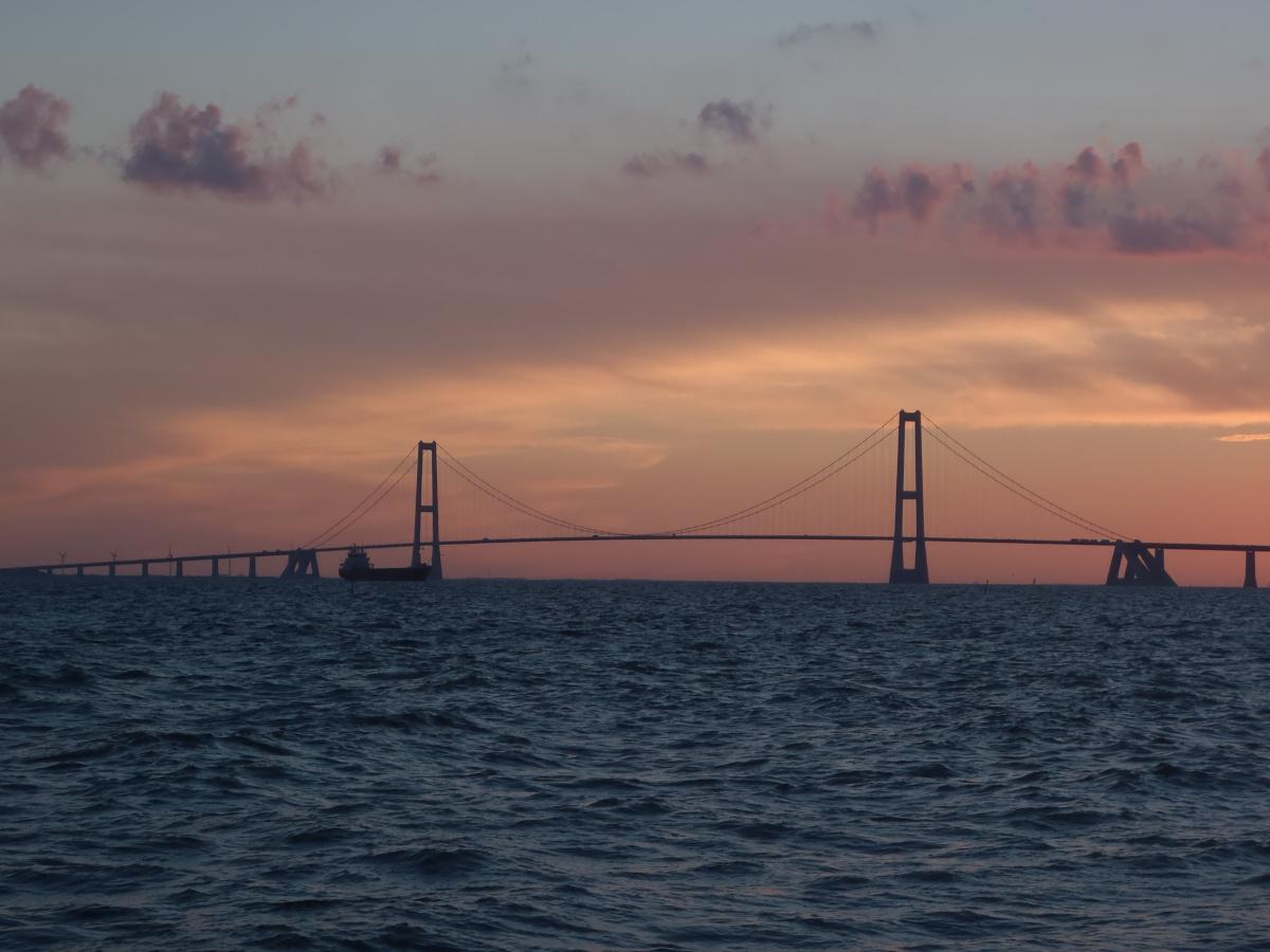 Sonnenuntergang bei Korsör mit der Großen-Belt-Brücke