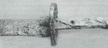 宇山1号墳出土の銀象嵌鍔付大刀(文化財だより44号)/刀の鍔(つば)の部分に象嵌(ぞうがん)で模様が付けられている