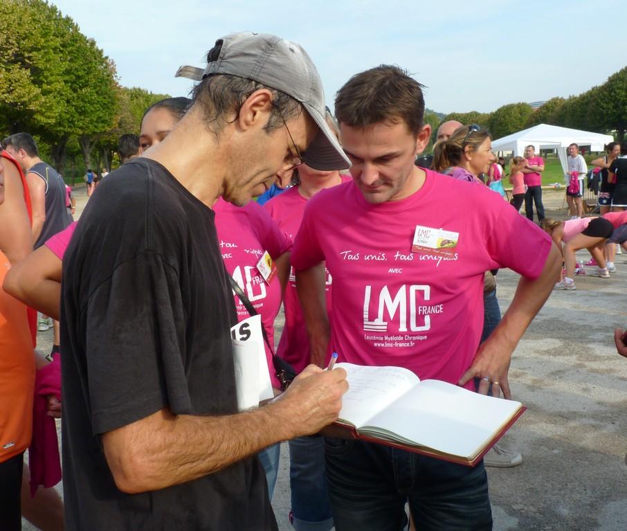 Jean Jacques GOLDMAN signe la proclamation de la Journée Mondiale de sensibilisation à la LMC .