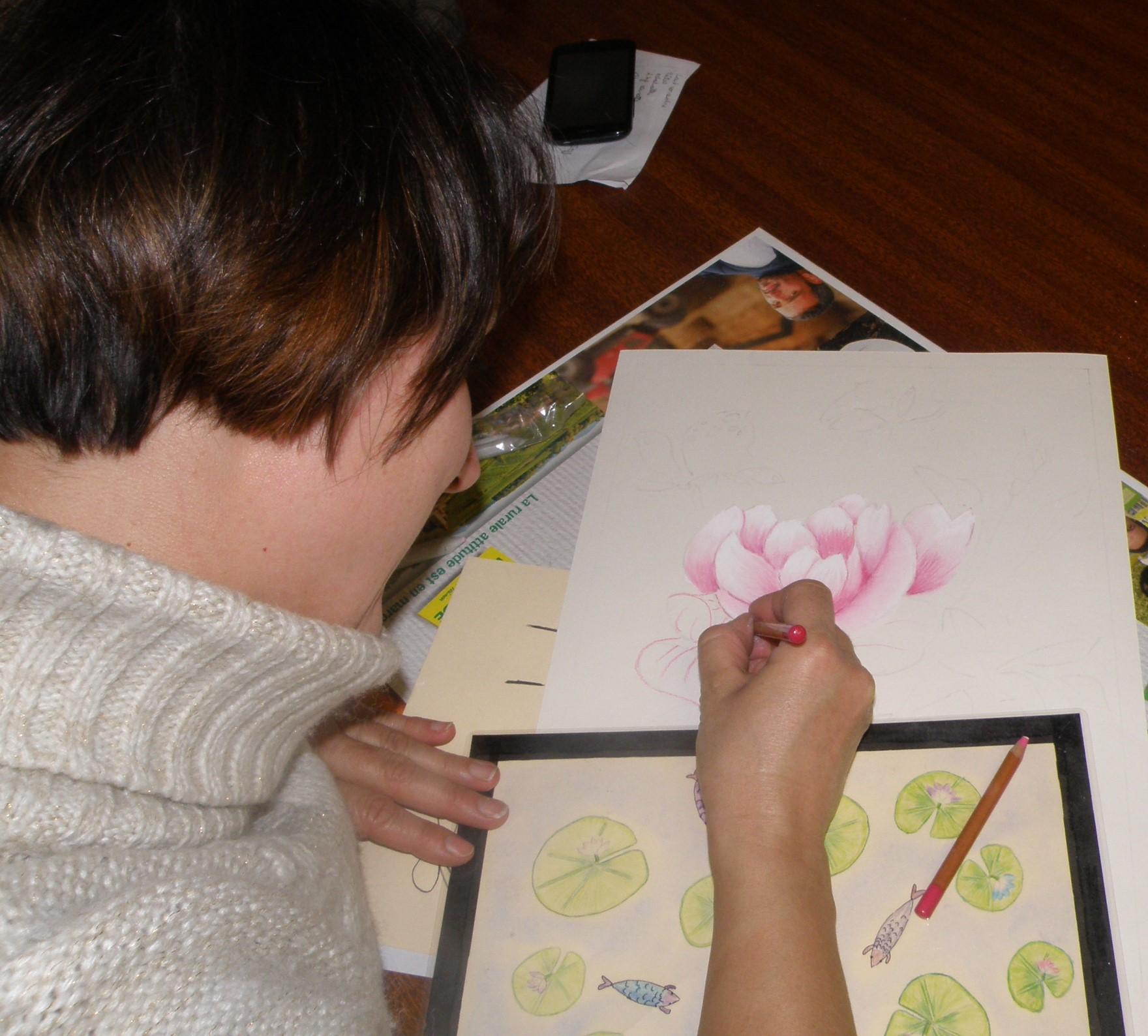 Elodie (Maman de Ludovic) compose un bouquet de pivoines roses