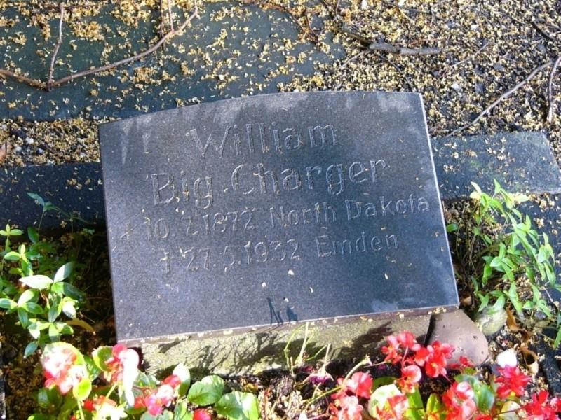 """Archiv: Dietrich Janßen / Emden ( wahrscheinlich der Grabstein aus der Spendenaktion """"der Indianerfreunde"""")"""