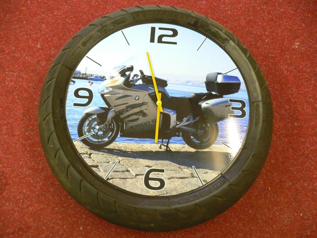 Motoradreifen mit Uhr