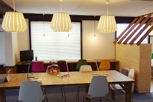 最大10人が集える大テーブルは会議はもちろん、作業スペースのほか、ワークショップにも最適