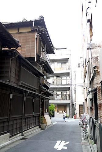 木造三階建て串揚げ店
