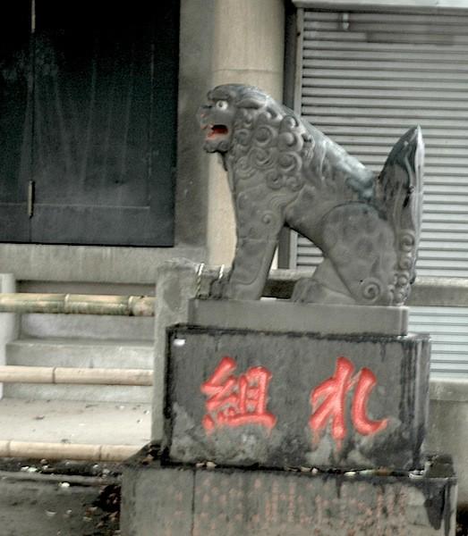 西日暮里駅から道灌山方面へ。福神漬け発祥、ネコに餌をやらないでくださいの交通量多い細道を行く