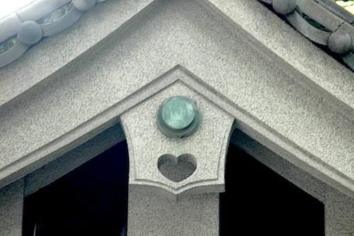 屋根の妻飾りの懸魚。火伏を祈って水や魚の意匠が多いが、これは水神の使いイノシシが見張る目だと言う。ハートにみえるけれど