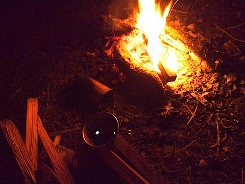 シェラカップのワインに月が滲んでおります