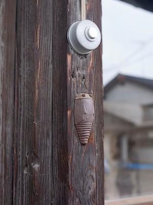 鋳物師のお宅の呼び鈴近くに作品の蝉が停まっている