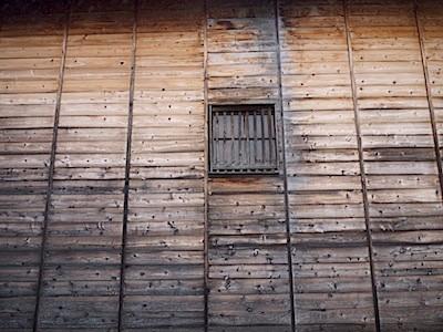 こういう板壁の建物が多く見られる