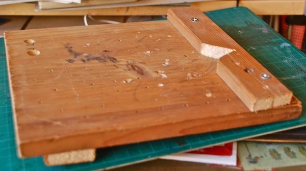 木を削る台 三角の凹みに材を当てがい安定させる