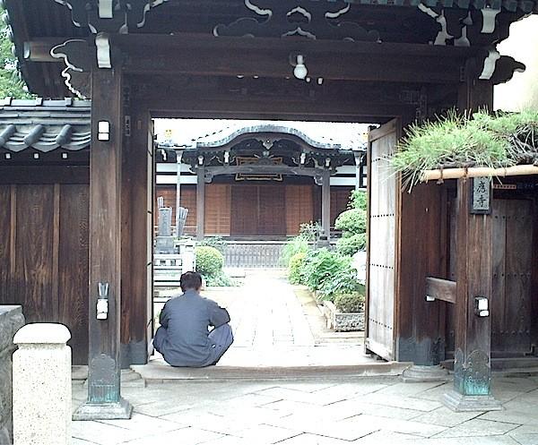 われ思う。寛永寺が建てられたので御縁の寺院が集まり谷中は寺の街に