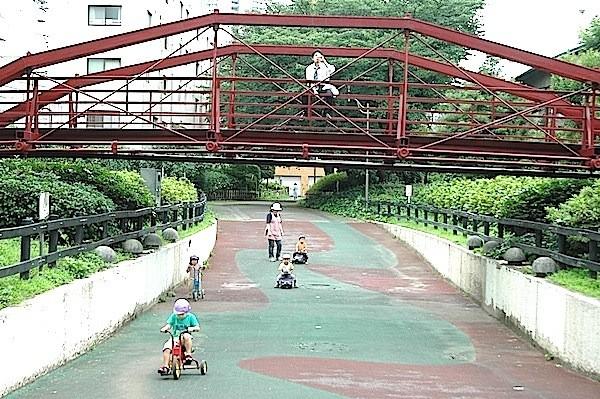 日本最初の鉄製鉄橋。休むサラリーマンの下を園児が疾走する