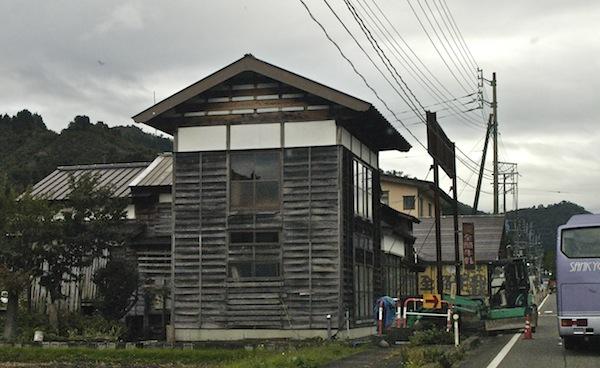 焼き杉羽目板の建物