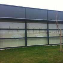 Les panneaux coulissent sur un rail en aluminium multivoies pour ouvrir au maximum et profiter de l'extérieur.