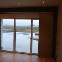Les panneaux se rangent sur la droite ou la gauche de la fenêtre.