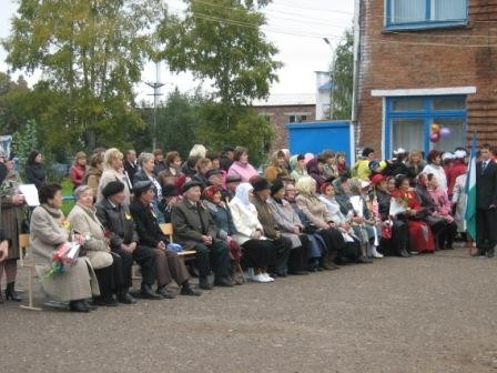 На торжественную линейку были приглашены учителя, проработавшие в школе долгие годы.