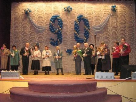 На вечере чествовали ветеранов педагогического труда.