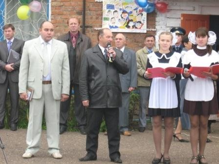 Поздравляет гостей школы Хузин Зикаф Арысланович, заместитель главы администрации Янаульского района по социальным вопросам.