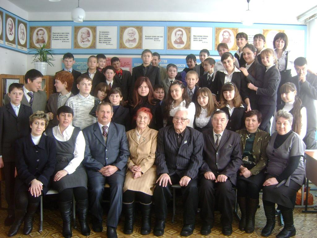 Ученики восьмых классов с писателями