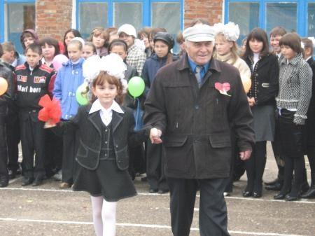 Звонок подают ученица 1-го класса Шафикова Алина и выпускник школы, ветеран Великой Отечественной войны Хасанов З.З.