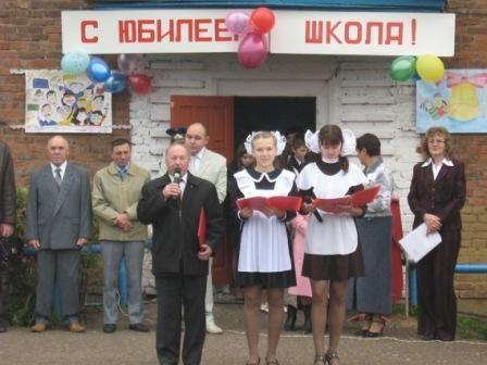 Минязев Зинфир Муллагалеевич, председатель Совета ветеранов, читает свое стихотворение-посвящение родной школе.