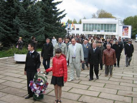 После торжественной линейки учащиеся школы, выпускники, учителя и приглашенные гости возложили венки к монументу Боевой и трудовой славы