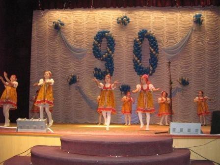 """Любимую школу с юбилеем поздравили участники танцевальной группы """"Непоседы""""."""