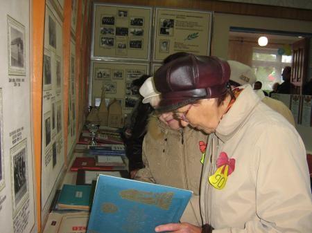 Выпускники посетили школьный музей, вспоминали школьные годы, рассматривая фотографии прежних лет.