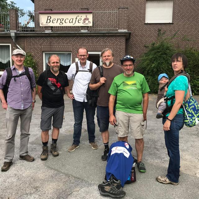 Die VFJ-Wandergruppe von links nach rechts: Oliver Prinz, Ansgar Westmark, Thomas Mundmann, Daniel Kiene, Dieter Nissen, Jenke und Aike Elling (und Hubert Fenke hinter der Kamera)