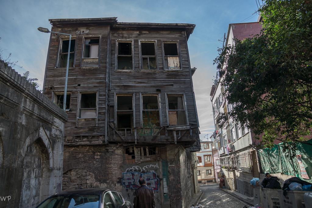 Neben prächtigen neuen Bauten sieht man auch desolate Häuser - kurz vor dem Zusammenbruch??