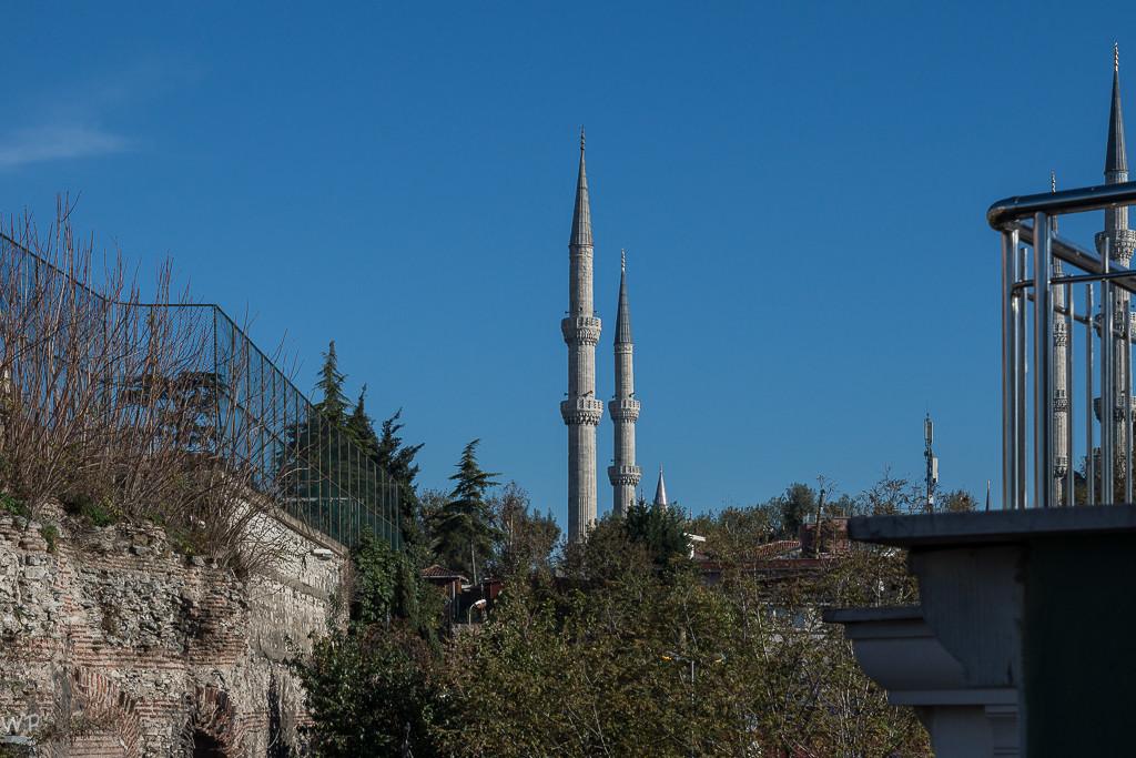 Zwei von sechs Minaretten der Blue Moschee