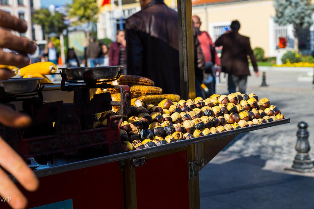 Feine Marroni, Mais und anderes wird auf der Strasse angeboten