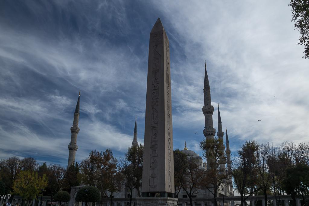 Einer der Obelisken vor der Blauen Moschee