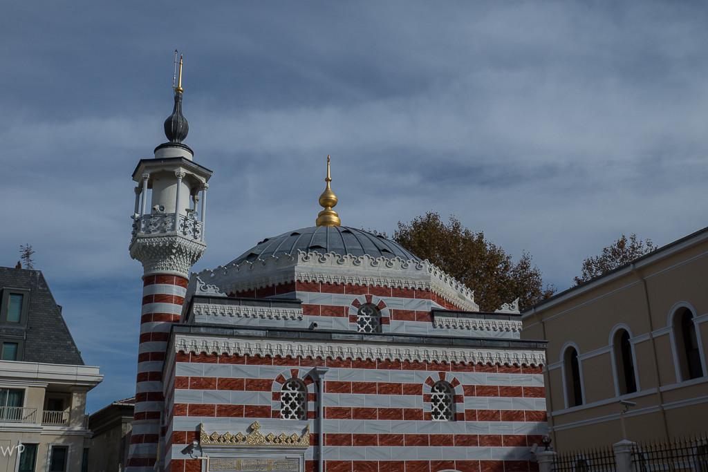 Eine wunderschönes Mauerwerk einer Moschee. Nur davor stand ein schwer bewaffneter Soldat.?