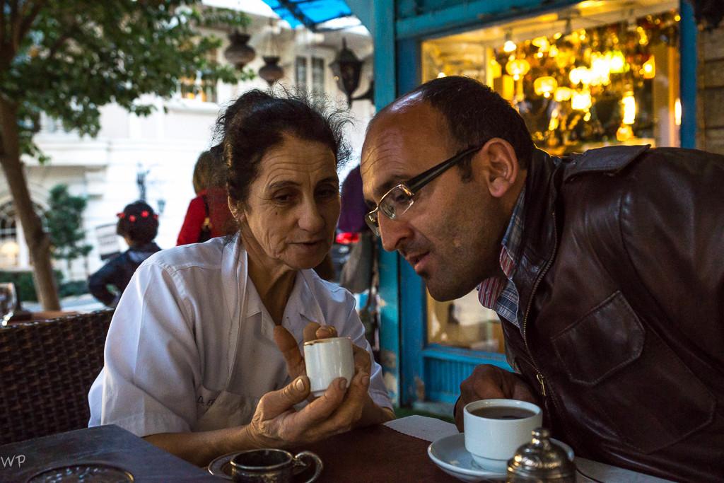 Traditionell wurde der Kaffeesatz analysiert, durch die Putzfrau des Hotels...