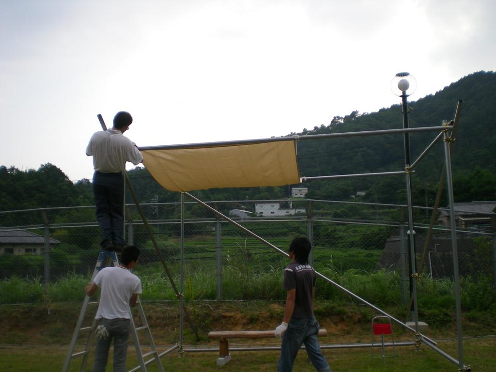 最後にしっかりタープをむすんで。すばらしいロープワーク!