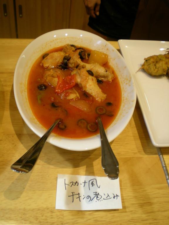 煮込みはチキンとトマトのゴールデンコンビで。