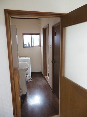 1階洗面所(右手にトイレ、奥が風呂)