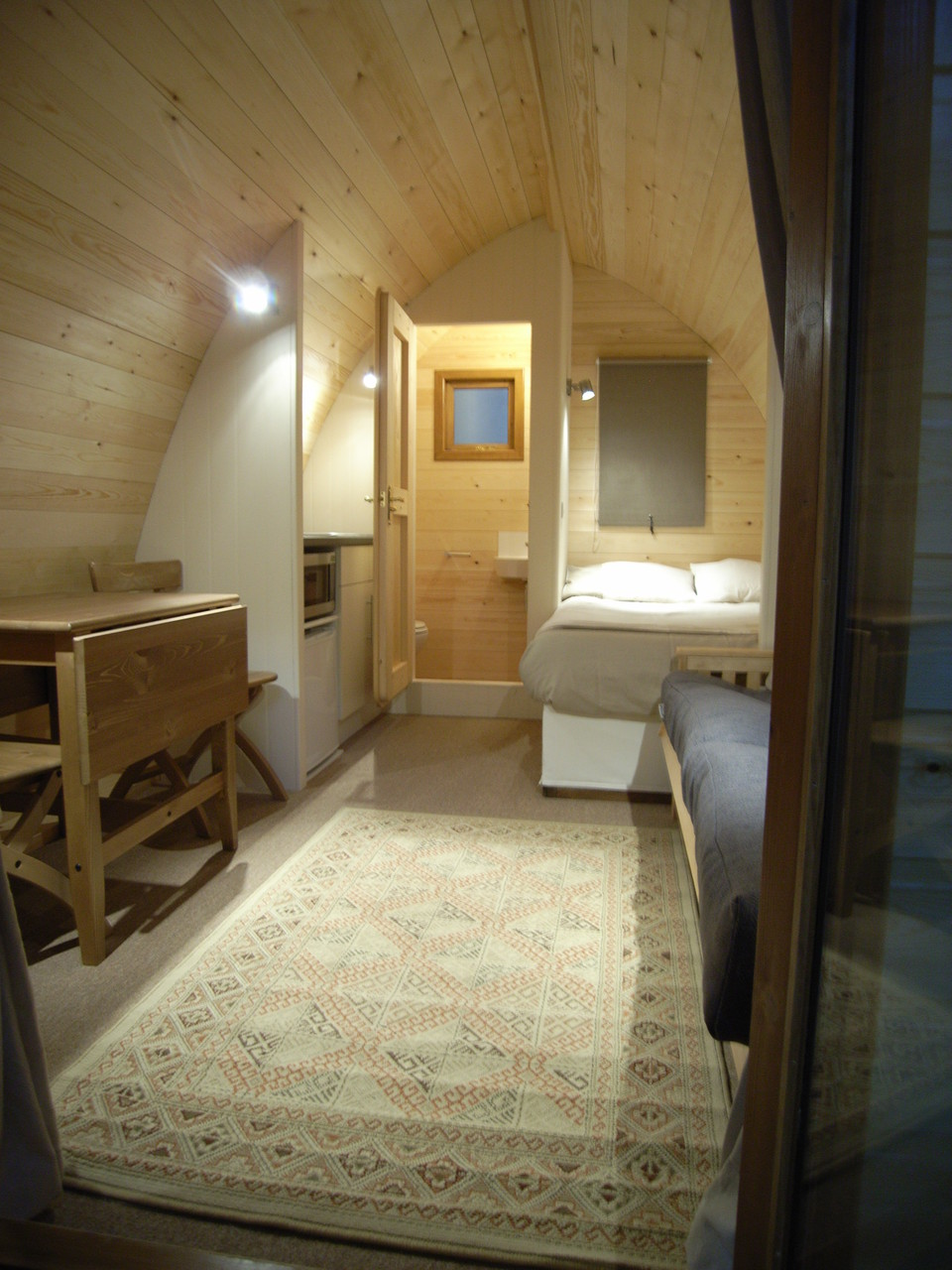 le pod avec salle de bain un mobil home en bois au design original. Black Bedroom Furniture Sets. Home Design Ideas