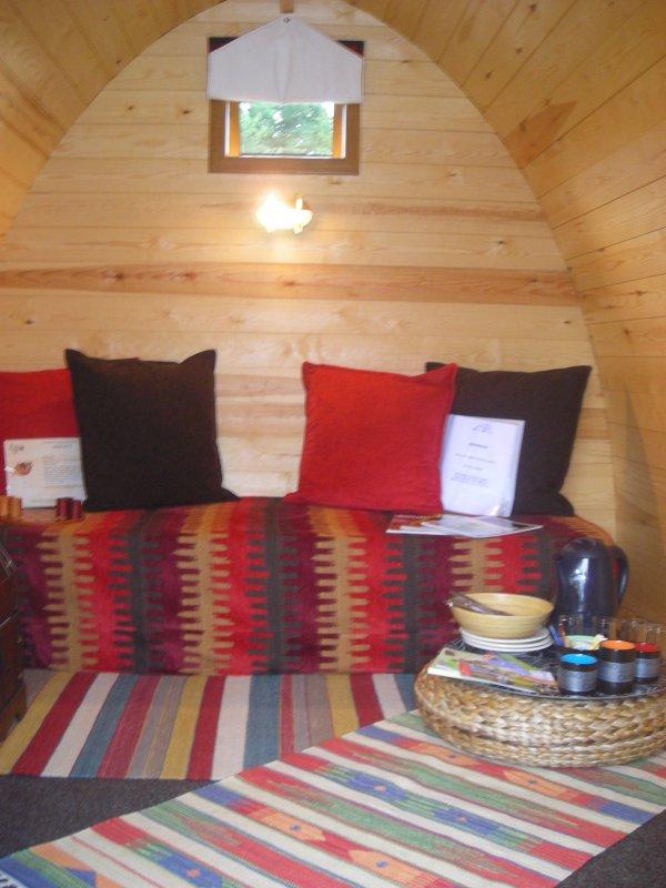 le Pod, avec matelas ( fournis) en configuration canapé, de jour